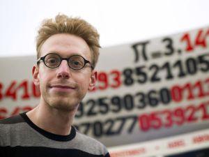"""Daniel Tammet tem a capacidade de dizer os """"primeiros"""" 22.514 dígitos de PI e aprender línguas rapidamente (fala 11 línguas)."""